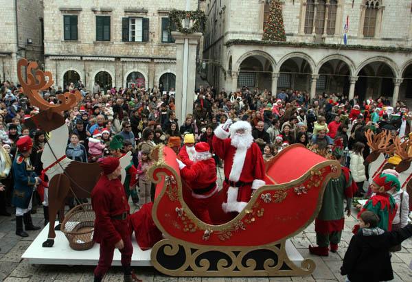 Djed Božićnjak na Stradunu