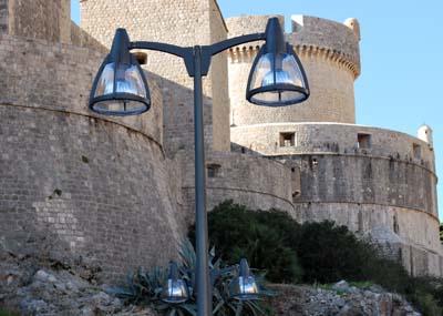 Neobične lampe iza Grada